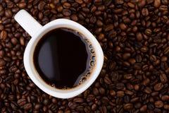Kop van koffie op koffiebonen. Royalty-vrije Stock Foto