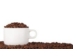 Kop van koffie op koffiebonen Stock Foto's
