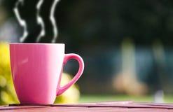 Kop van koffie op lijst Stock Afbeeldingen
