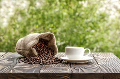 Kop van koffie op oude houten lijst Royalty-vrije Stock Foto