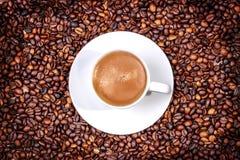 Kop van koffie op oude houten lijst Stock Foto