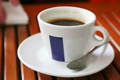 Kop van koffie op restaurantlijst stock fotografie