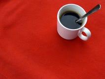 Kop van koffie op rood royalty-vrije stock afbeeldingen