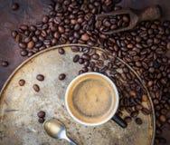 Kop van koffie op rustieke staalachtergrond met koffiebonen aroun Royalty-vrije Stock Foto's