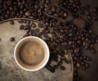 Kop van koffie op rustieke staalachtergrond met koffiebonen aroun Royalty-vrije Stock Afbeelding
