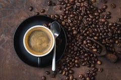 Kop van koffie op rustieke staalachtergrond met koffiebonen aroun Royalty-vrije Stock Afbeeldingen