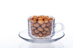 Kop van koffie-op smaak gebrachte pinda op wit geïsoleerde achtergrond met Royalty-vrije Stock Fotografie