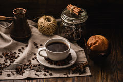 Kop van koffie op tafelkleed Stock Foto