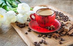 Kop van koffie op verfraaid met kruiden Stock Foto