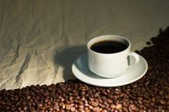 Kop van koffie op verfrommelde jute Stock Foto's