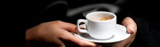 Kop van koffie op zwarte royalty-vrije stock afbeeldingen