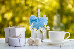 Kop van koffie openlucht met de ballenzonneschijn van het kokosnotensuikergoed op een whi Stock Foto