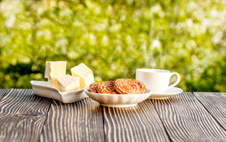 Kop van koffie openlucht op een houten lijst Royalty-vrije Stock Foto's