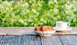 Kop van koffie openlucht in zonneschijn Royalty-vrije Stock Afbeeldingen
