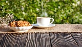Kop van koffie openlucht in zonneschijn Stock Afbeeldingen