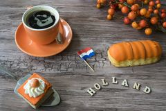 Kop van koffie, oranje cake en eclaire voor typische Nederlandse gebeurtenis Koningsdag, Koningendag royalty-vrije stock fotografie