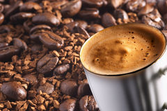 Kop van koffie over koffieachtergrond Stock Foto's