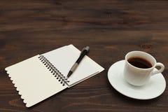 Kop van koffie, pen en open notitieboekje op houten Desktop royalty-vrije stock fotografie