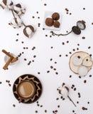 Kop van koffie, pijpjes kaneel, katoenen takjes, horloges, kaarsen, koffiebonen, hoogste mening, chocolade stock afbeeldingen