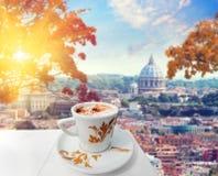 Kop van koffie in Rome met mening van st Peters kathedraal, Italië Royalty-vrije Stock Foto's