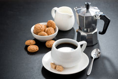 Kop van koffie, room en Italiaanse koekjesbiscotti Stock Foto