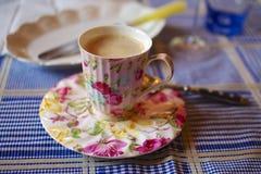 Kop van Koffie in Rose China Stock Foto's