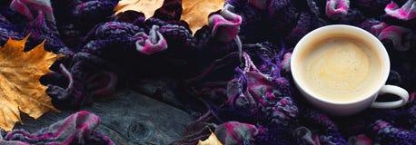 Kop van koffie, sjaal, esdoornbladeren op een houten achtergrond Panorama Royalty-vrije Stock Afbeelding