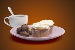 Kop van koffie, snoepjes en cake op de plaat Royalty-vrije Stock Afbeelding