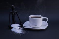 Kop van koffie, suiker en het mediteren van standbeeld Royalty-vrije Stock Afbeeldingen