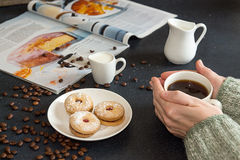 Kop van koffie in vrouwenhanden Schotel met geroosterde koekjes, coffe Stock Fotografie