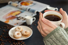 Kop van koffie in vrouwenhanden Schotel met geroosterde koekjes, coffe Royalty-vrije Stock Foto