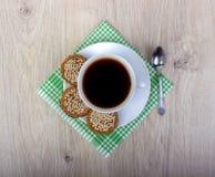 Kop van koffie wiyh stapel van diverse zandkoek en haverkoekjes met graangewassen op houten achtergrond royalty-vrije stock afbeeldingen