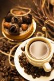 Kop van koffieespresso met scherp dessert en koffiebonen Royalty-vrije Stock Foto