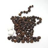 Kop van koffievorm met koffiebonen die wordt gemaakt Stock Foto