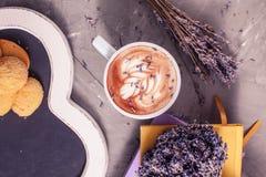 Kop van lavendelcappuccino stock fotografie