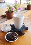 kop van melk met chocolade Stock Afbeeldingen