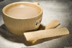 Kop van melkkoffie met knapperige stokken Stock Fotografie