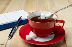 Kop van met thee op schotel Stock Foto's