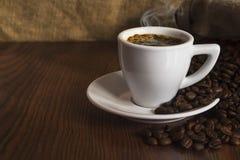 Kop van ochtend hete koffie met korrels Stock Fotografie