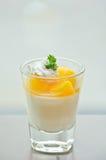 Kop van oranje pannacotta op de lijst Royalty-vrije Stock Foto