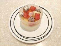 Kop van pudding met fruitsalade stock foto's