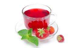 Kop van rode thee met verse aardbeien en geïsoleerde munt Royalty-vrije Stock Foto's