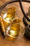Kop van Turkse thee en waterpijp Stock Foto's