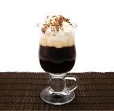 Kop van vers koffie latte met room Stock Afbeeldingen
