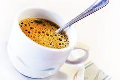 Kop van vers koffie op schotel met lepel stock afbeeldingen
