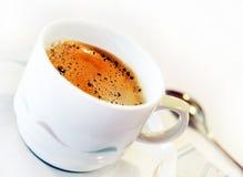 Kop van vers koffie op schotel met lepel royalty-vrije stock afbeeldingen