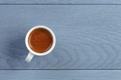 Kop van verse espresso op uitstekende blauwe lijst Royalty-vrije Stock Foto