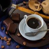 Kop van verse hete koffie in de ochtend, koffiebonen, Turk, bittere chocolade, houten achtergrond Rustig beeld, wijnoogst Stock Afbeelding
