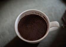Kop van verse koffie op donkere vage achtergrond, hoogste mening royalty-vrije stock afbeelding