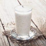 Kop van yoghurt met zemelen stock foto's
